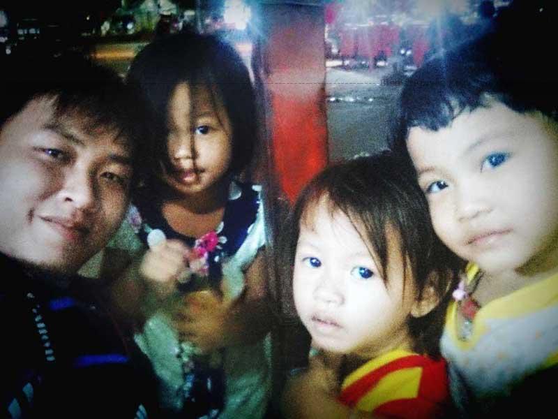 Những đôi mắt đẹp của tụi nhỏ tại Chợ Đêm Siem Reap.