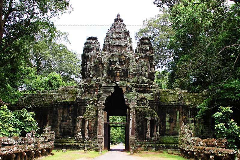 Điểm nổi bật là các cổng thành hiện rõ kiến trúc hình tháp, trên nóc có 4 chân dung to, đường nét từ bi như mặt Phật.