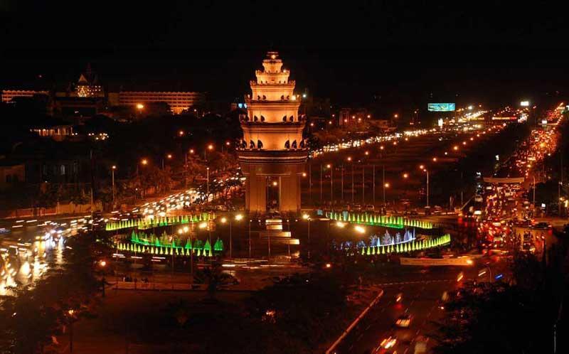 Tượng đài Độc Lập tại thủ đô Phnom Penh vào ban đêm.