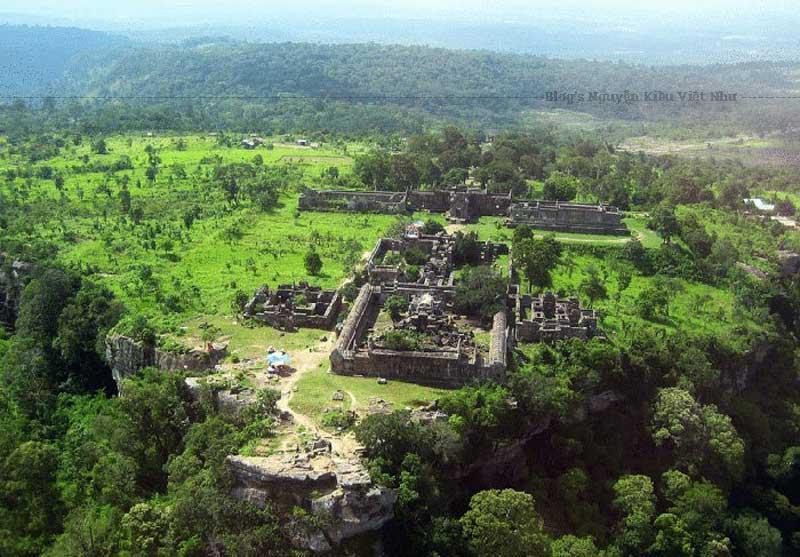 Toàn cảnh đền Preah Vihear được chụp hình từ trên cao.
