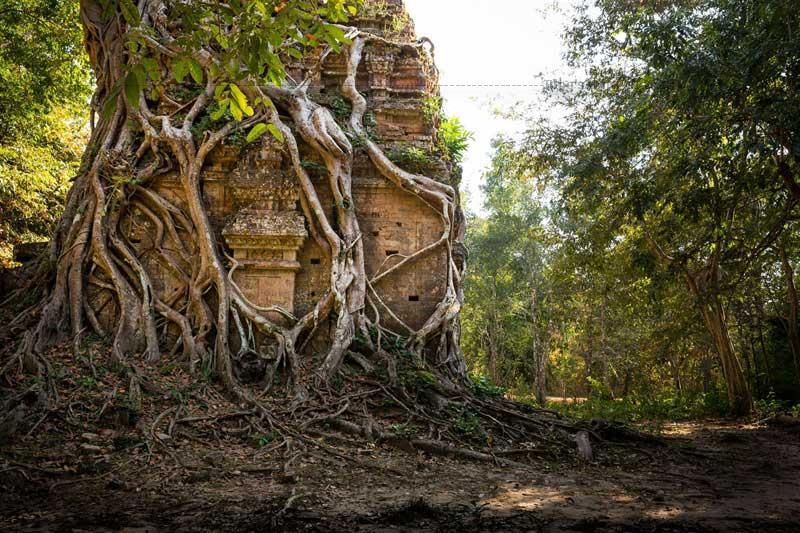 Khu đền đài Sambor Prei Kuk gắn bó trực tiếp với việc lan truyền và hòa hợp các yếu tố tôn giáo bên ngoài, đạo Hindu (Hinduism), Phật giáo với tôn giáo bản địa.