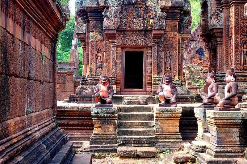 Đền Banteay Srey như một tuyệt tác về nghệ thuật điêu khắc trên đá ong và sa thạch đỏ.