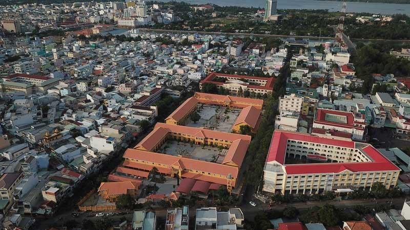 """Sau gần 2 năm xây mới, Trường THPT Châu Văn Liêm, quận Ninh Kiều, TP Cần Thơ cơ bản hoàn thành và vẫn giữ được """"dáng xưa""""."""