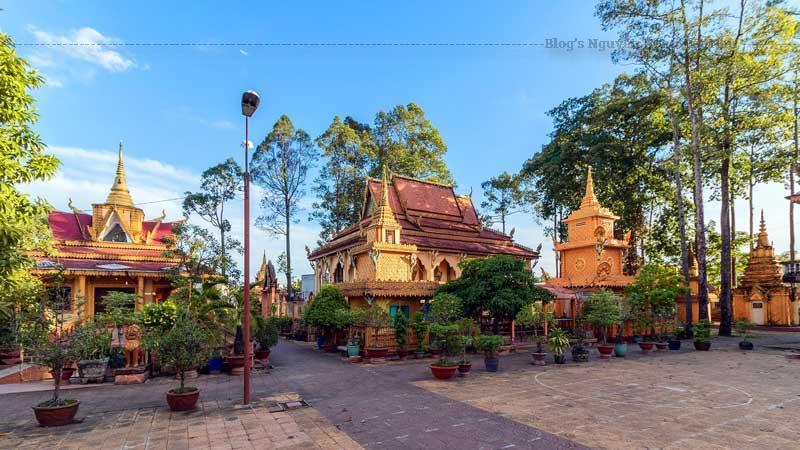 Chính điện là tòa nhà nổi bật trong quần thể kiến trúc chùa Pôthi Somrôn, được xây theo hướng Đông.