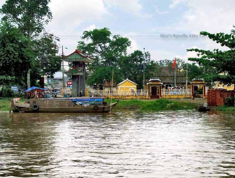 Tòa Tiền đình ở giữa, bên trái là miếu Ông Hổ, bên phải là tòa nhà Lục Ấp.
