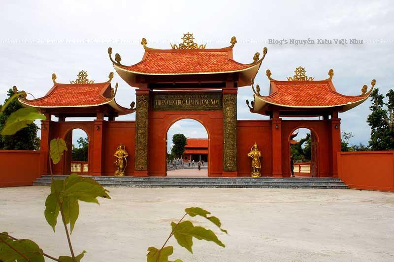 Mặt tiền thiền viện lợp ngói theo phong cách thời Trần.