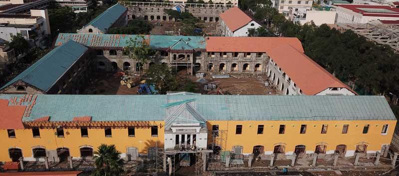 Một dãy phòng học phía giáp đường Ngô Quyền trước và sau khi xây mới