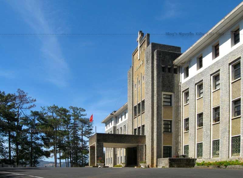 Đó là một tòa nhà có kiến trúc độc đáo nằm trên đỉnh đồi Tuyền Lâm.