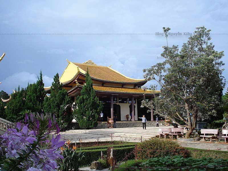 Người thiết kế là ông Vũ Xuân Hùng và Trần Đức Lộc và kiến trúc sư rất nổi tiếng thời đó là Ngô Viết Thụ – người đã thiết kế ra Dinh Độc Lập ở thành phố Hồ Chí Minh.