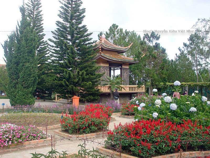 Nếu du khách đang du ngoạn Hồ Tuyền Lâm có thể đi bộ lên một con dốc có 140 bậc bằng đá đi qua tất cả ba cổng tam quan để đi vào tham quan chánh điện.