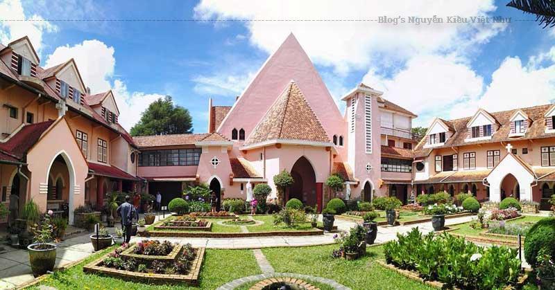 Nhà thờ Mai Anh Đà Lạt luôn mở cửa chào đón du khách.