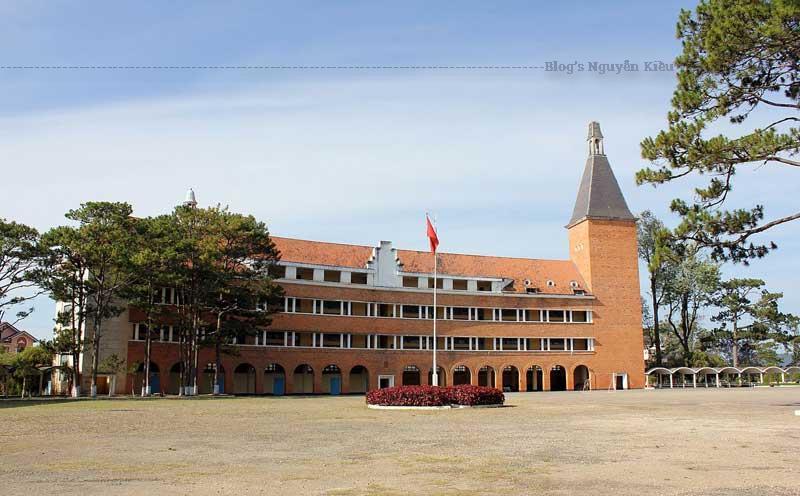 ông trình kiến trúc trường học nổi tiếng nhất của thành phố là Trường Cao đẳng Sư phạm.
