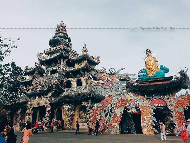 Điều tạo nên sự khác biệt của chùa Linh Phước đó chính là các công trình trong khuôn viên của chùa đều được khảm các mảnh sành, sứ, mảnh chai bên ngoài.