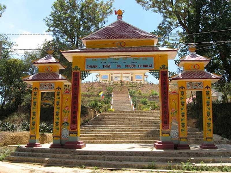 Thánh thất cao đài Đà Lạt được xây dựng từ năm 1938 vào dịp lễ Sanh Ngọc Ngọ Thanh một chức sắc Cao Đài được tòa thánh Tây Ninh cử lên Đà Lạt truyền đạo.