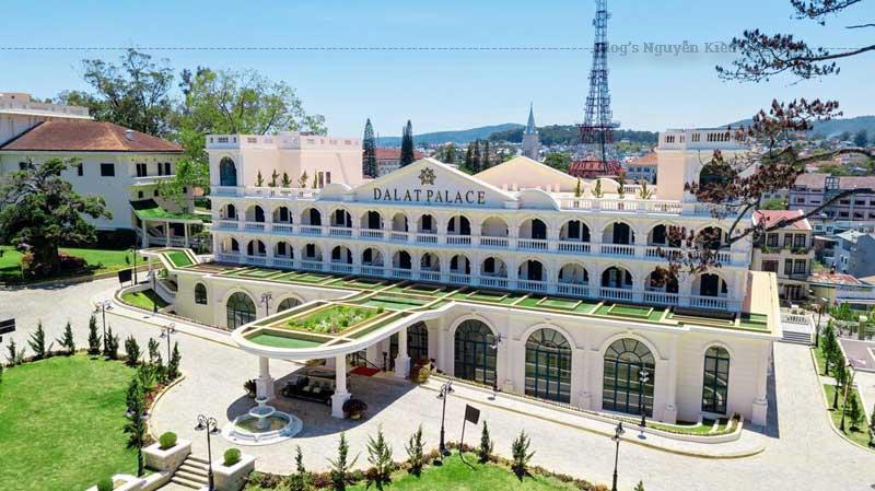 Khách sạn cách sân bay Liên Khương khoảng 30-40 phút lái xe; cách bến xe Liên tỉnh Đà Lạt khoảng 5 phút lái xe.