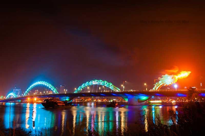 Điểm nổi bật nữa của cầu Rồng là mọi người có thể chiêm ngưỡng rồng phun lửa, phun nước vào mỗi tối thứ 7, chủ nhật lúc 21h00.