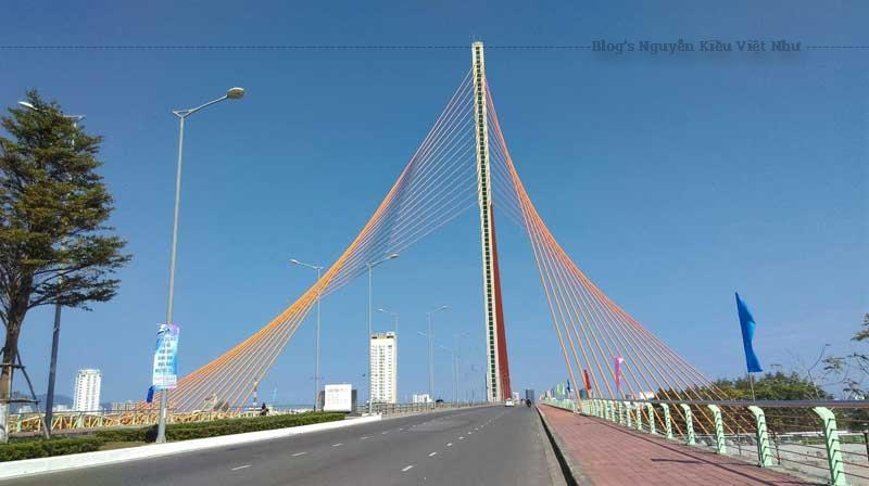 Cầu Trần Thị Lý - là cầu dây văng hiện đại với ba mặt phẳng dây độc đáo tạo nên hiệu ứng nhìn hết sức lạ mắt.