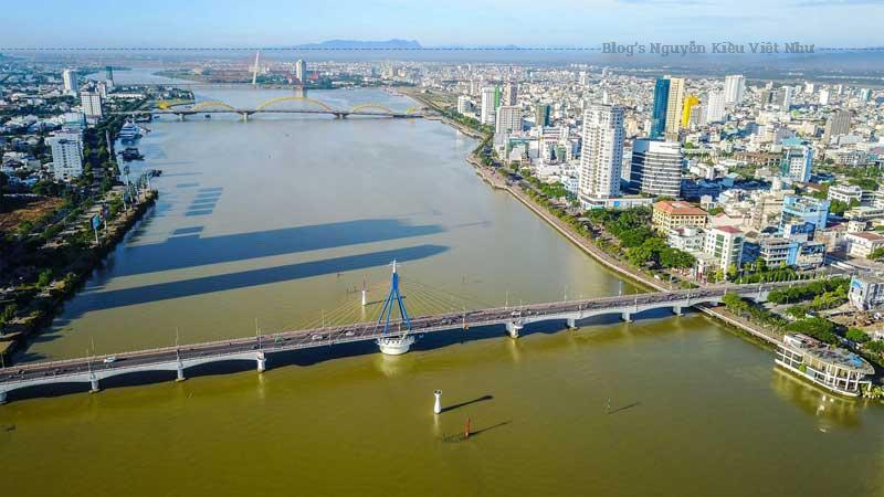 Nói đến Đà Nẵng không thể không nhắc đến dòng sông Hàn thơ mộng và cầu Sông Hàn.