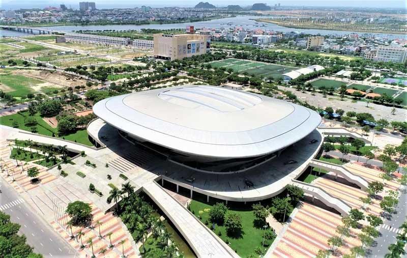 Nếu nhìn từ xa, du khách sẽ thấy cung thể thao Tiên Sơn như chiếc đĩa bay khổng lồ đang nghiêng mình hướng về trung tâm địa điểm tham quan Đà Nẵng.