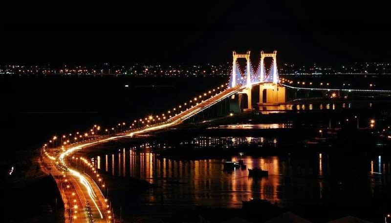 Trải qua 10 năm khánh thành, cây cầu treo dây võng dài nhất Việt Nam Thuận Phước không chỉ giúp người dân đi lại thuận tiện hơn mà còn kết nối giao thương, âm thầm tạo đà cho phát triển kinh tế, đồng thời tạo nên vẻ đẹp độc đáo cho thành phố biển.