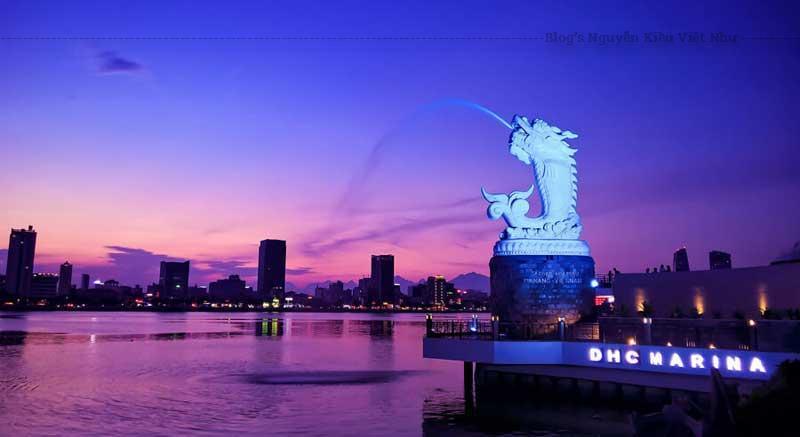 Được lắp đặt hệ thống phun nước ở bên trong, khi đến với tượng cá chép hóa rồng vào buổi tối bạn sẽ được thưởng thức màn phun nước cùng với ảnh đèn led thay đổi màu sắc rất huyền ảo.