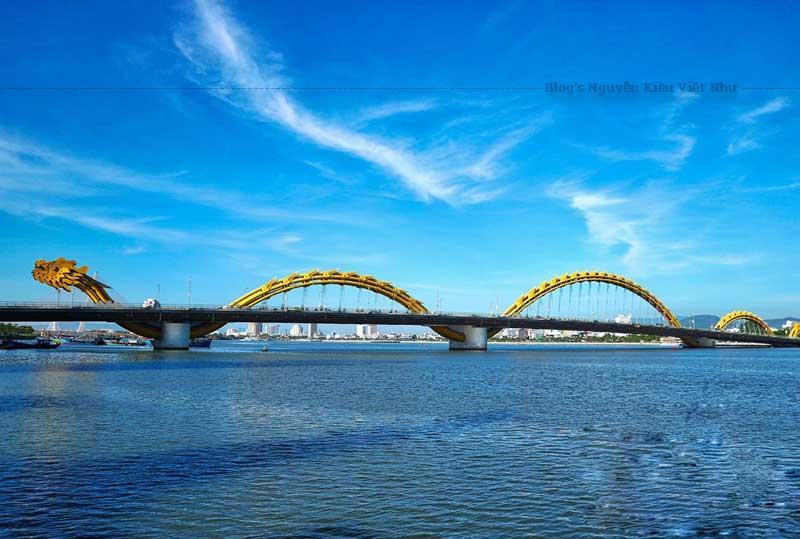 Cây cầu thứ 6 bắc ngang sông Hàn, có hình dạng được xây dựng theo hình Rồng vượt sông, một nét đẹp giữa lòng Đà Nẵng.