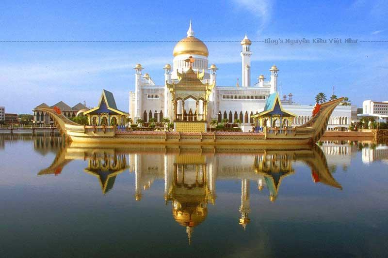 Mỗi ngày đều có nhiều chuyến bay từ Hà Nội và thành phố Hồ Chí Minh đến thủ đô Viêng Chăn.
