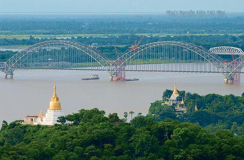 Cầu Ava là một cây cầu đúc hẫng 16 nhịp giữa Ava và Sagain.