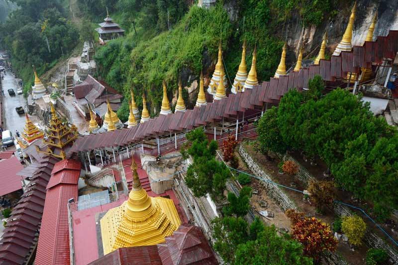 Hang động Pindaya nổi tiếng là hang động đá vôi và nằm sâu trong sườn đồi lưu giữ hơn 8000 bức tượng Phật lớn nhỏ khác nhau, trải dài 150m. Ngay tại lối vào hang động có ngôi chùa Shwe Min U cao 15m.