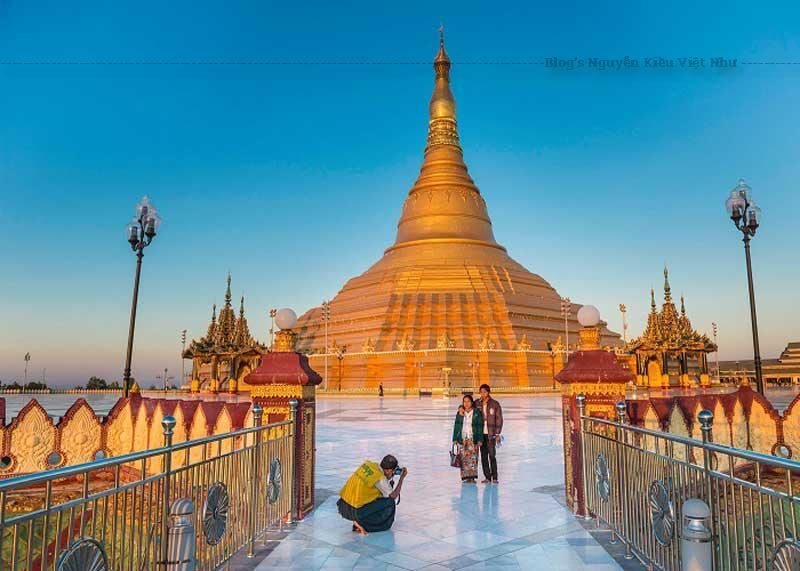 Được xây dựng vào năm 2006, công trình đồ sộ này đã thu được nhiều danh tiếng tốt nhờ vào kiến trúc độc đáo. Phần nền trụ của chùa có kích thước khổng lồ tới mức có thể so sánh với một ngọn đồi và hoàn toàn được xây nhân tạo.