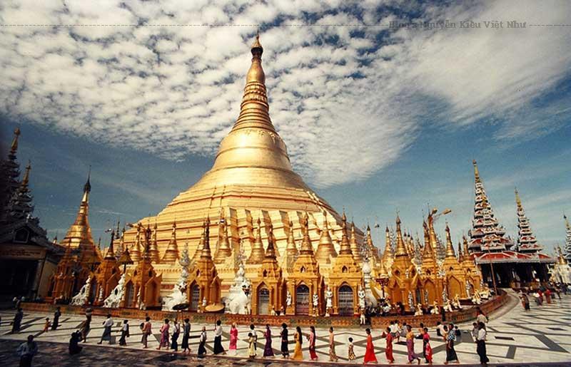 Dát vàng lộng lẫy và được trang trí bằng kim cương, đá quý, ngôi chùa Shwedagon ở Yangon là một trong những công trình Phật giáo đẹp.