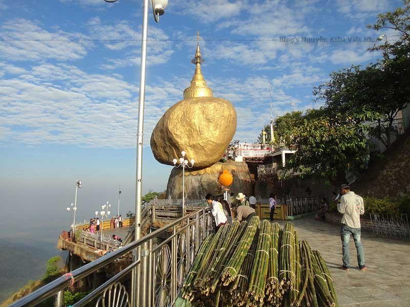 Tảng đá vàng và chùa Kyaiktiyo Pagoda lúc bình minh.