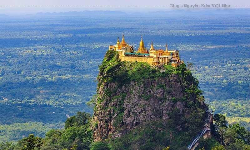 Tu viện Taung Kalat trên đỉnh núi.