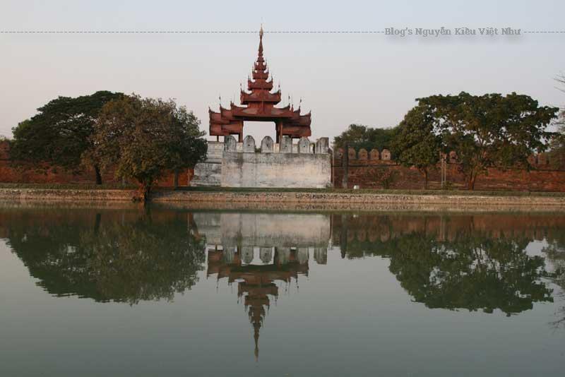 Vọng lâu và hào lũy của cổ thành Mandalay ở trung tâm thành phố