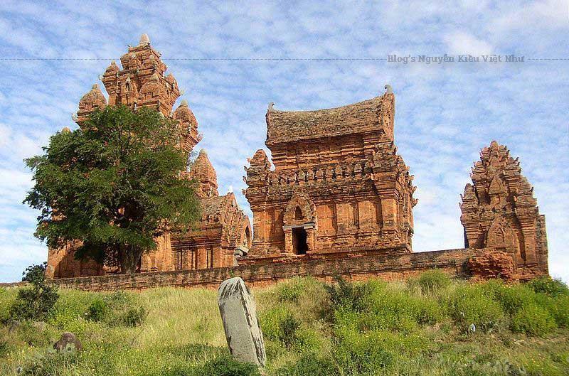 Mọi ngôi tháp đều được xây bằng gạch hoặc chủ yếu bằng gạch. Gạch có màu đỏ hồng, đỏ sẫm, được nung trước với độ xốp cao, được xây không có mạch vữa và có thể có điêu khắc trực tiếp trên gạch.