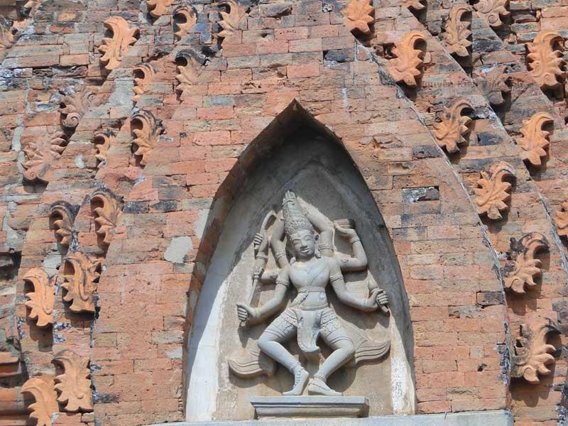Trong tháp theo nguyên mẫu có thờ thần Siva, biểu trưng là bộ ngẫu tượng Yoni và Linga được làm bằng sa thạch.
