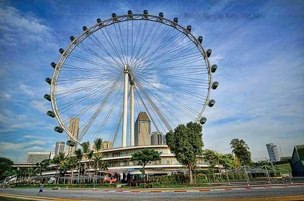 Vòng quay quan sát khổng lồ này cho phép bạn ngắm nhìn toàn cảnh 360 độ của thành phố, bạn còn có thể nhìn thấy một phần của Malaysia và Indonesia.