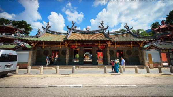 Nơi này được xây dựng trong khuôn viên của đền Thian Hock Keng mang phong cách Trung Hoa cổ nhất đảo quốc sư tử.