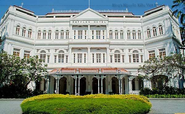 Khách sạn nằm trong bán kính 5 phút đi bộ từ Ga Tàu điện ngầm City Hall và Trung tâm Mua sắm Raffles City.