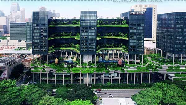 ParkRoyal không chỉ được thiết kế hài hòa với cảnh quan xung quanh mà còn tiết kiệm năng lượng tối đa. Nước được thu từ trên mái công trình, sau đó được sử dụng để tưới cho toàn bộ cây xanh.