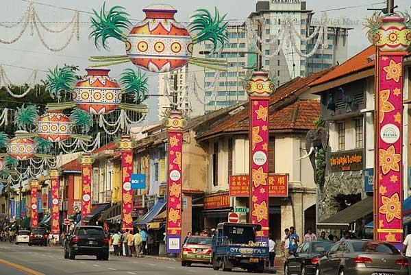 Là khu mua sắm sinh thái đầu tiên ở Singapore (đề cập đến phần vườn trên nóc tòa nhà), City Square Mall đẹp một cách hiện đại và nổi bật.