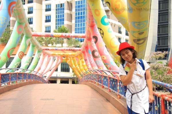 Cầu đi bộ Helix Bridge là cầu đi bộ dài nhất Singapore, nối trung tâm Marina và Nam Marina.
