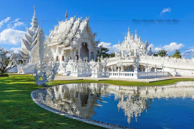 Đền thờ là một trong những ngôi đền dễ nhận biết nhất Thái Lan, nằm bên ngoài thị trấn Chiang Rai và thu hút một lượng lớn du khách cả trong và ngoài nước.