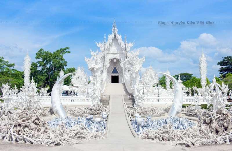 Đền WatRong Khun ở thị trấn Chiang Rai mang phong cách kiến trúc cổ điển với màu trắng tinh nổi bật.