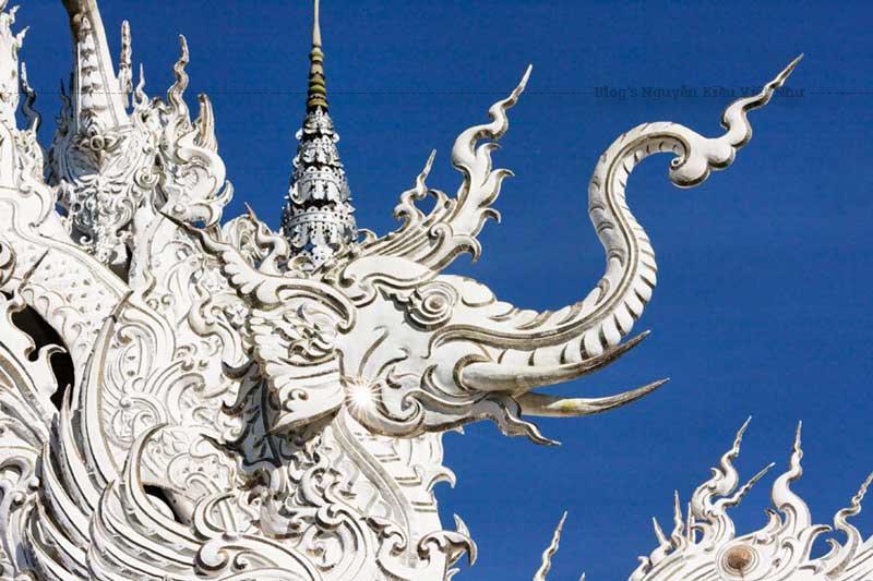 Bạn có thể thấy xung quanh chùa có một công viên có hồ cá và các tác phẩm điêu khắc toàn màu trắng tinh khôi.
