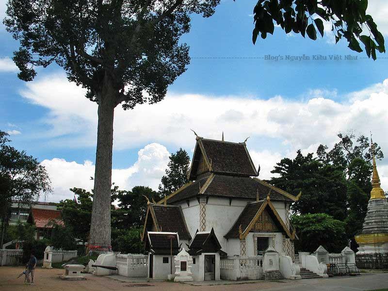 Ban đầu ngôi đền Wat Chedi Luang có tường bao quanh bằng bạc và các kiến trúc bên trong được dát vàng quý giá, nhưng sau khi bị sụp đổ...