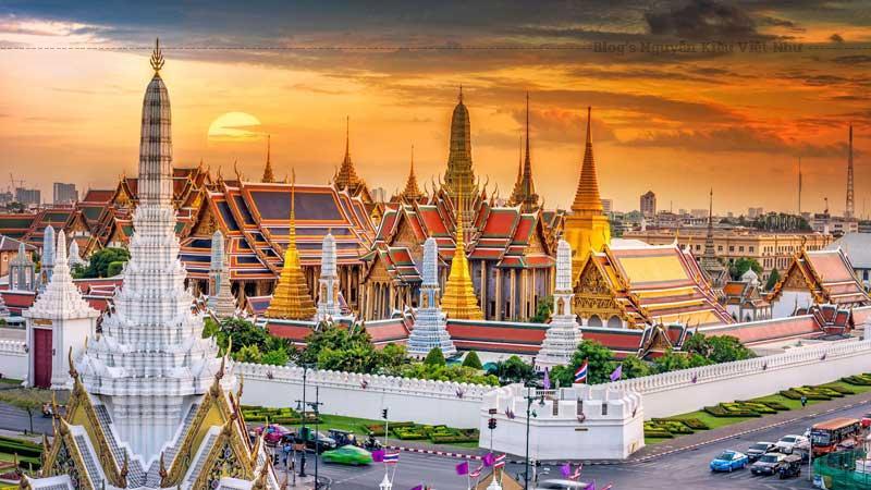 Cung điện nằm ở đường Na Phra Lan, gần ngay sông Mi Nam tại thủ đô Bangkok.
