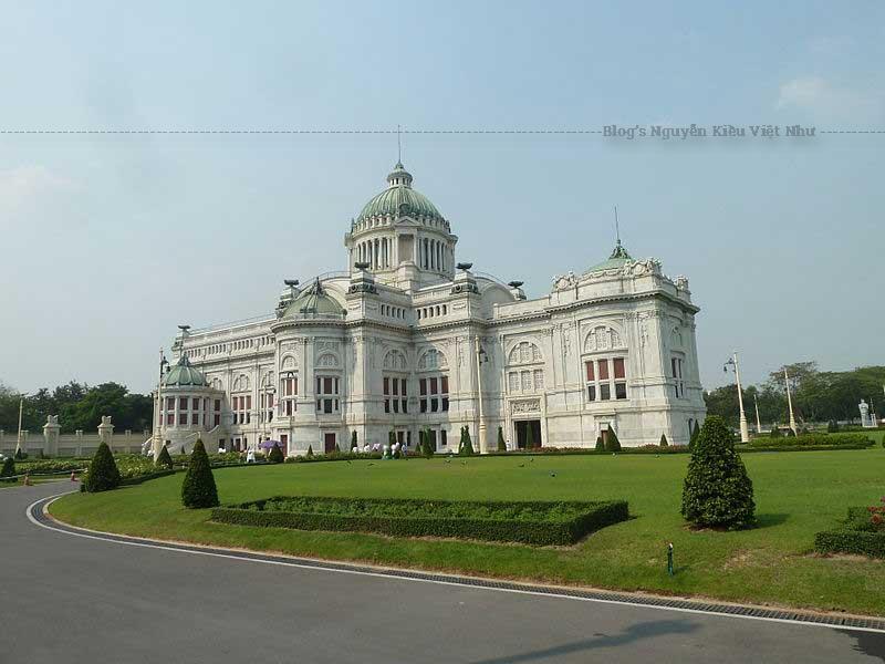 Đừng bỏ lỡ Cung điện Ananta Samakhom khi bạn du lịch đến Dusit.