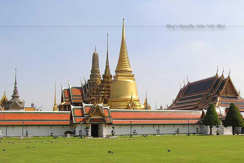 Wat Phra Kaew, tên thường gọi trong tiếng Thái, nằm trong khu quần thể phức hợp Hoàng Cung.