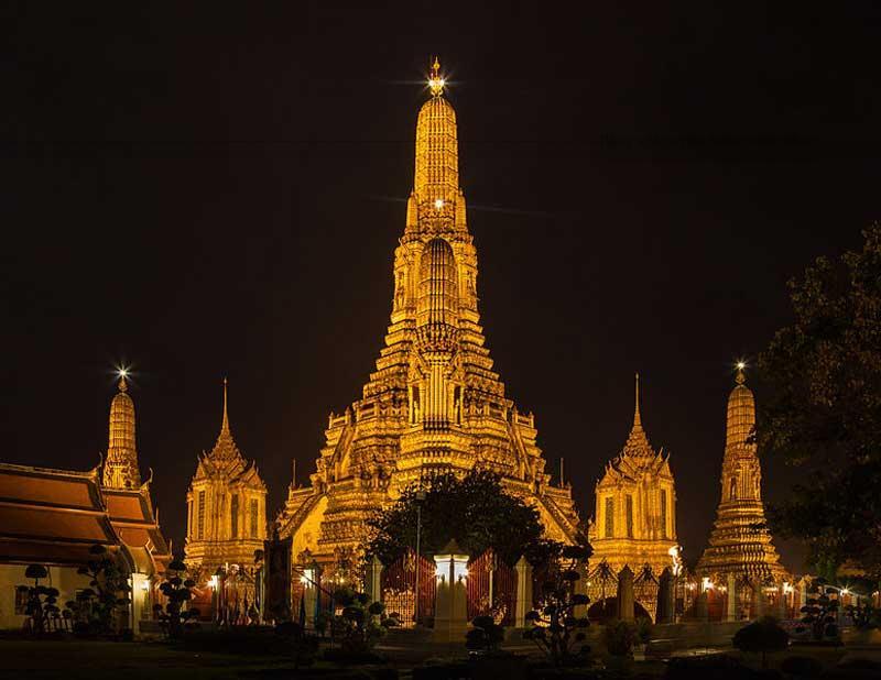 Chùa Arun nằm trên bờ tây sông Chao Phraya, Thonburi. Chùa có tên tiếng Việt Chùa Bình Minh. Đây là ngôi chùa cổ kính nhất của Bangkok.